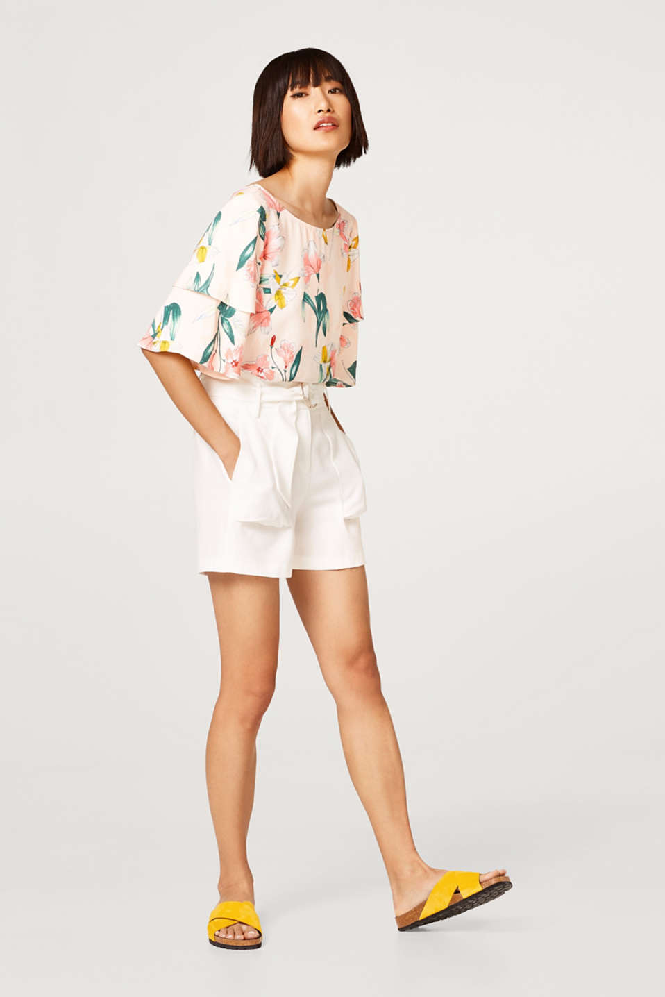 Crêpe blouse with a floral print and bow detail