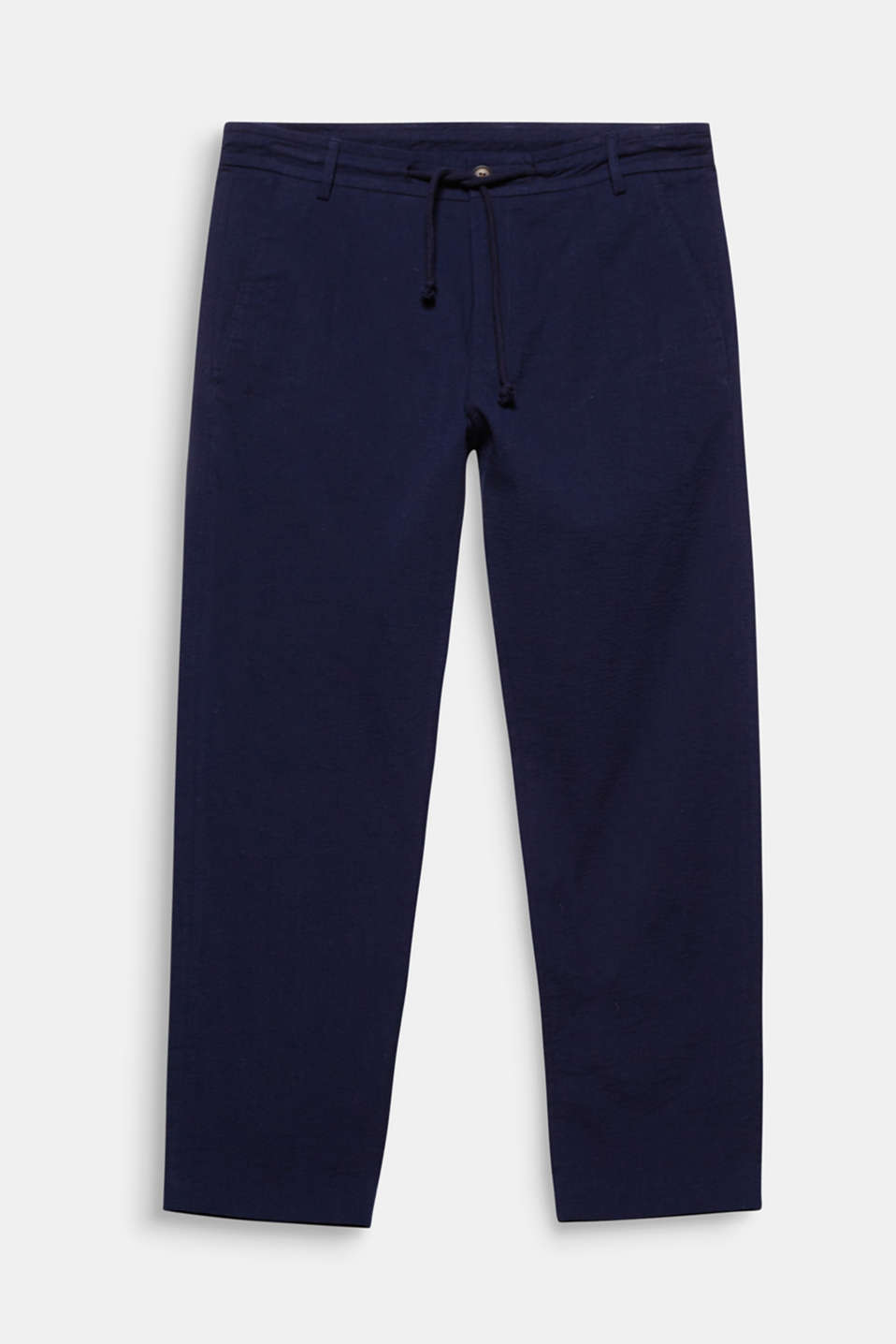 Dress code: smart casual. The casual drawstring waist and laid-back seersucker fabric give these trousers an elegant and casual look at the same time.