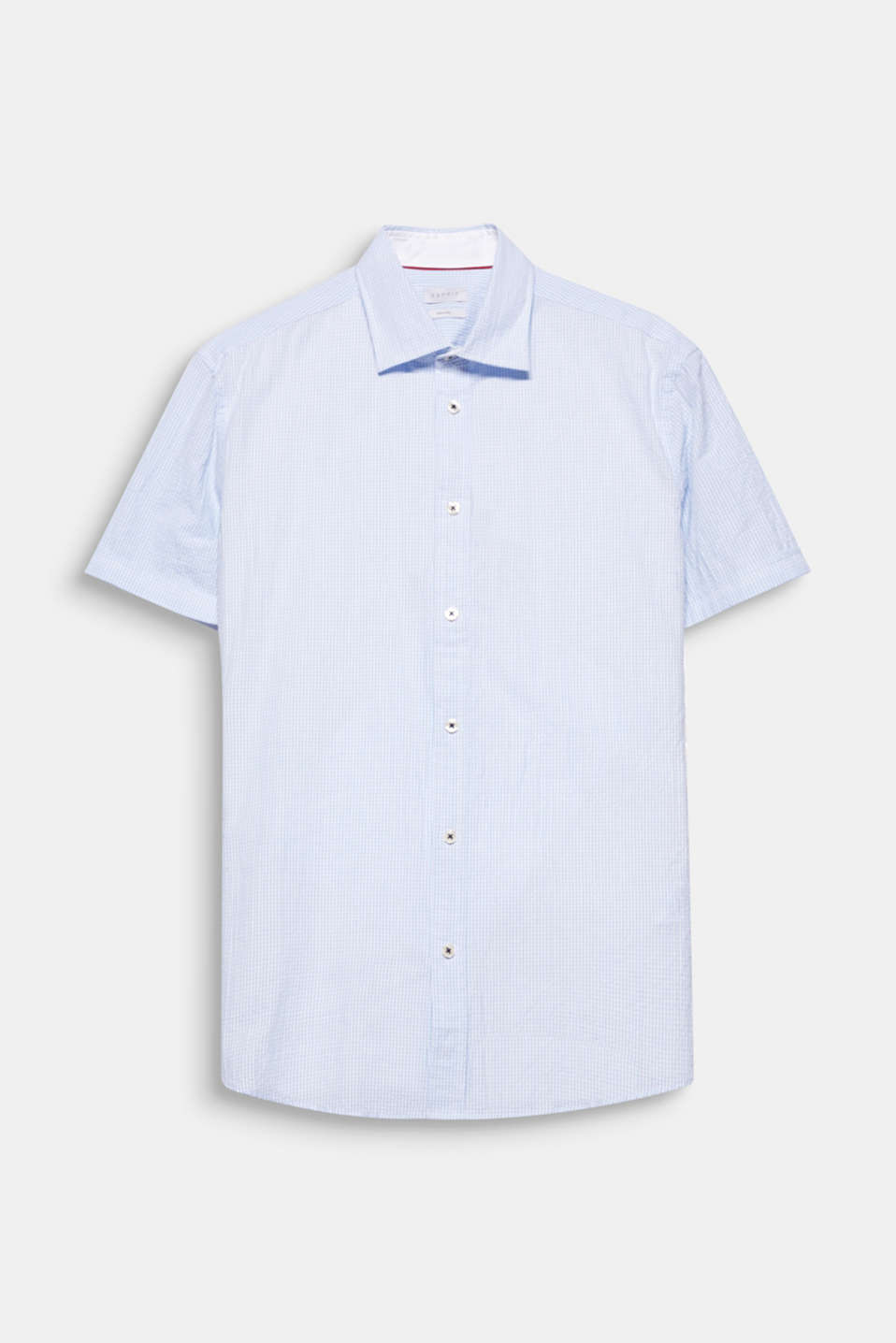 Perfect for the warmer seasons! The lightweight seersucker fabric gives this short sleeve shirt its summery character.