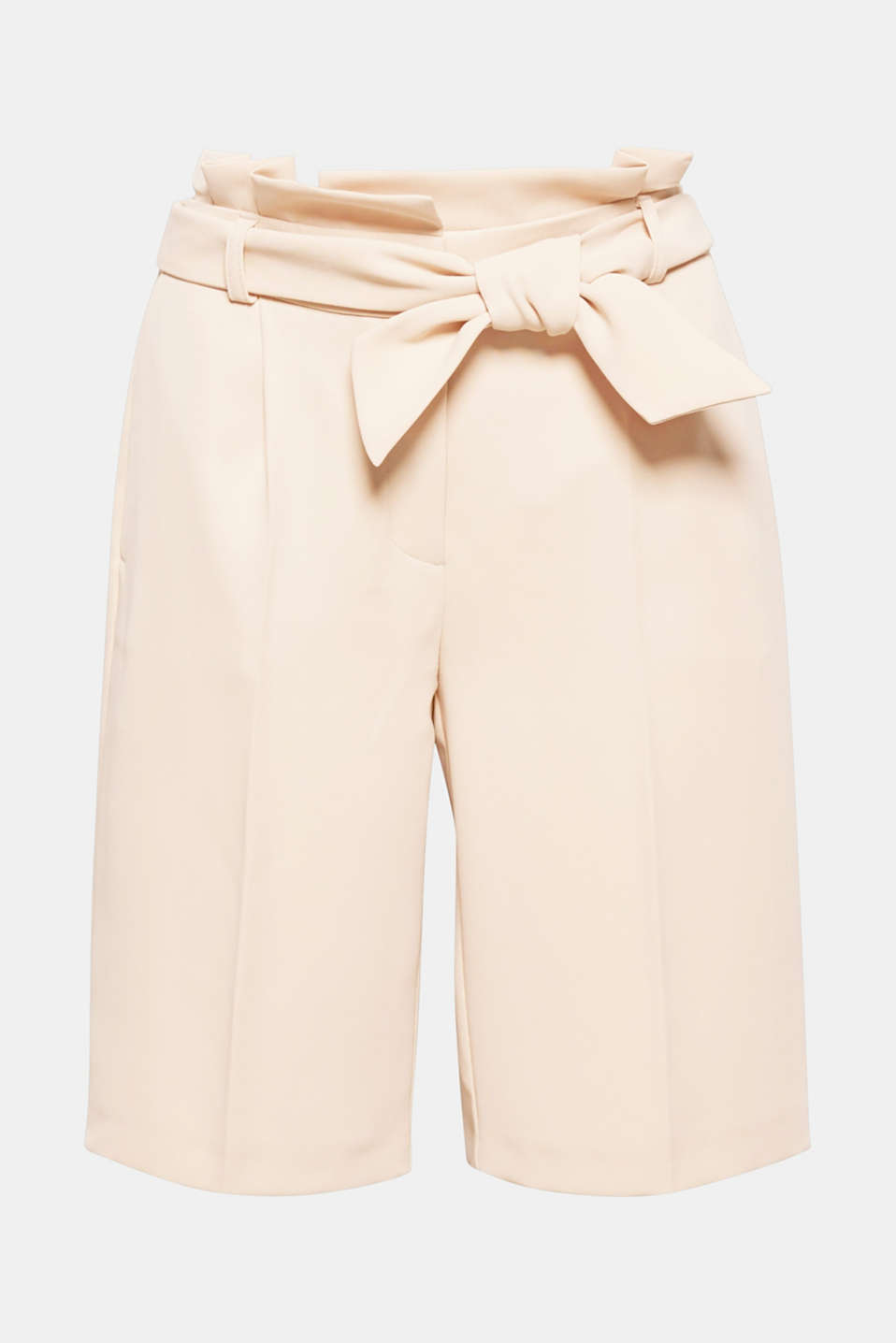 Trend: paperbag trousers. These shorts stand out with their characteristic waistband and flowing crêpe fabric.