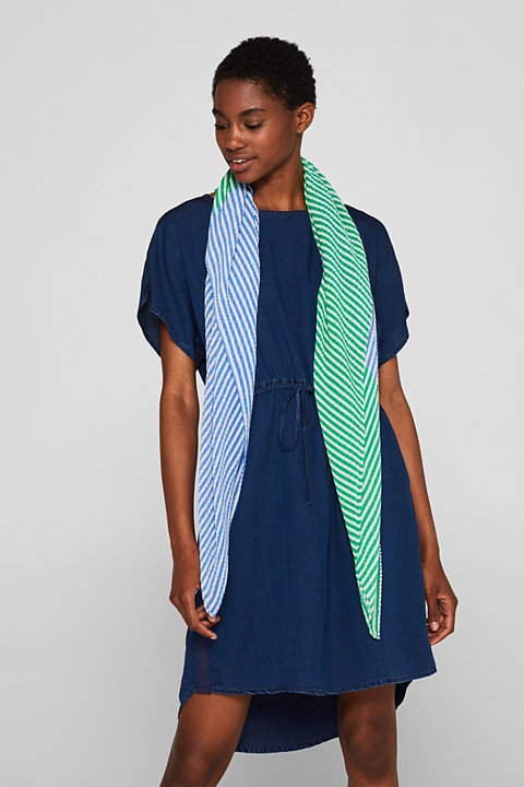 Pleated scarf with thin stripes