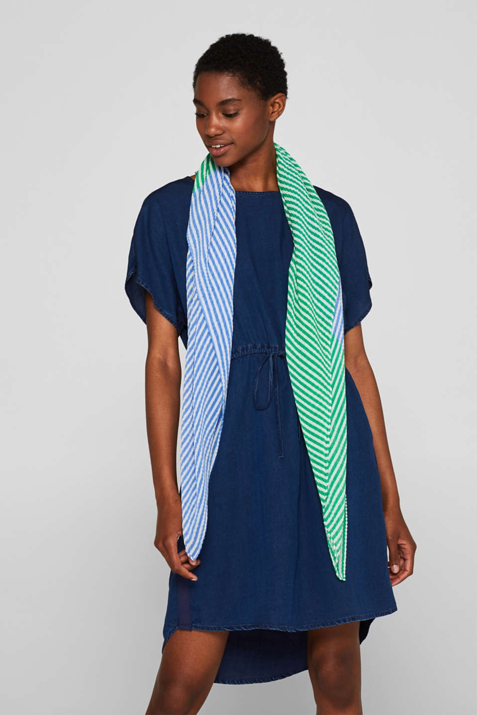 Pleated scarf with thin stripes, BLUE, detail image number 1