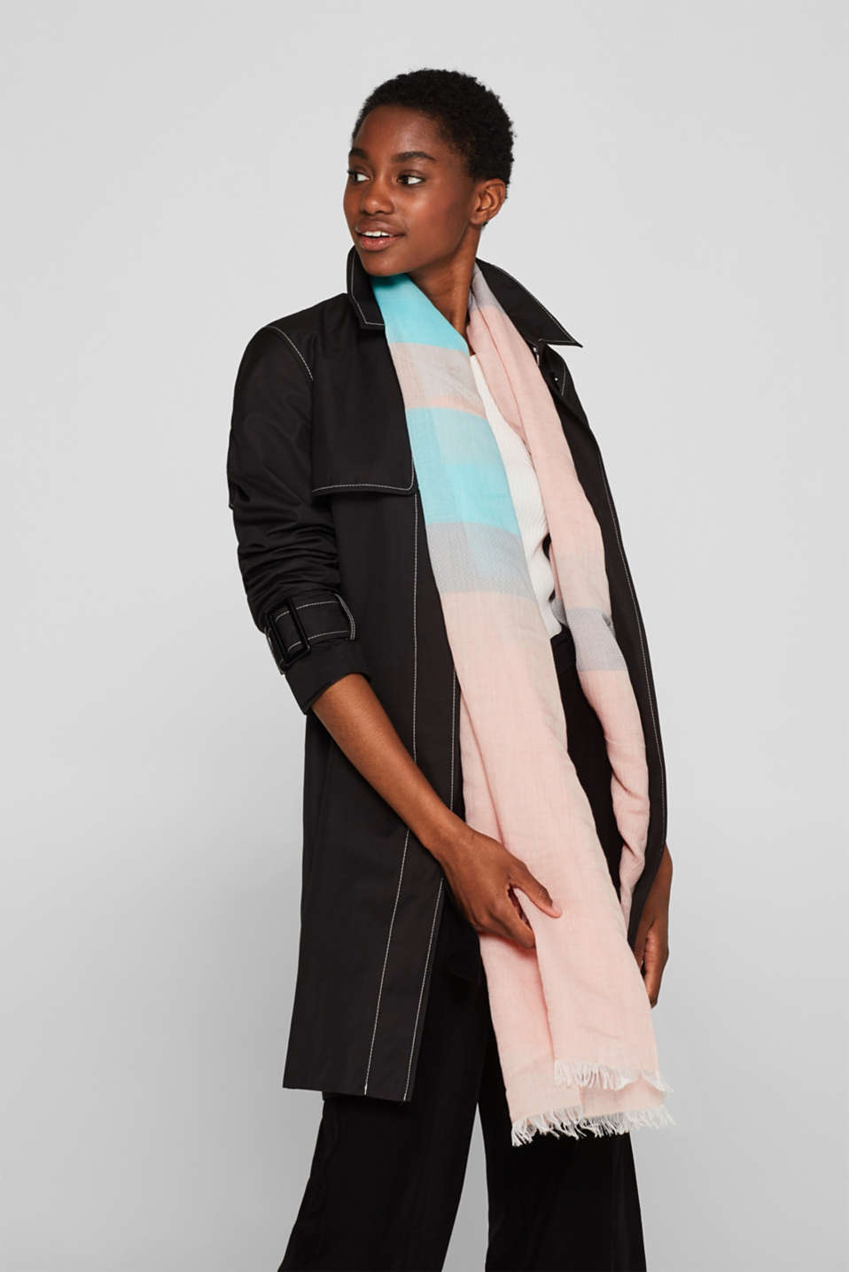 With linen: textured striped scarf, CORAL, detail image number 1