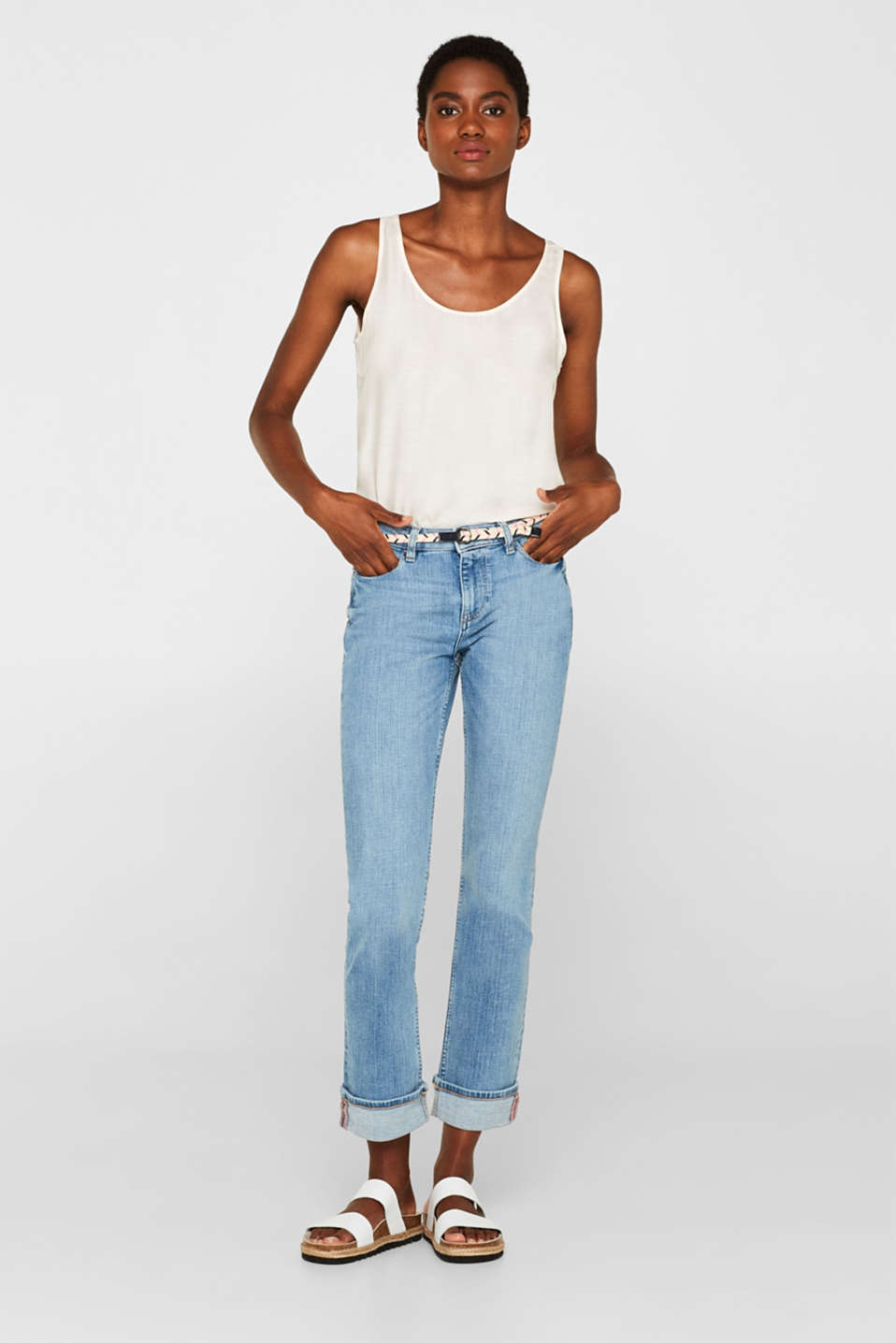 Stretch jeans with turn-ups and a belt