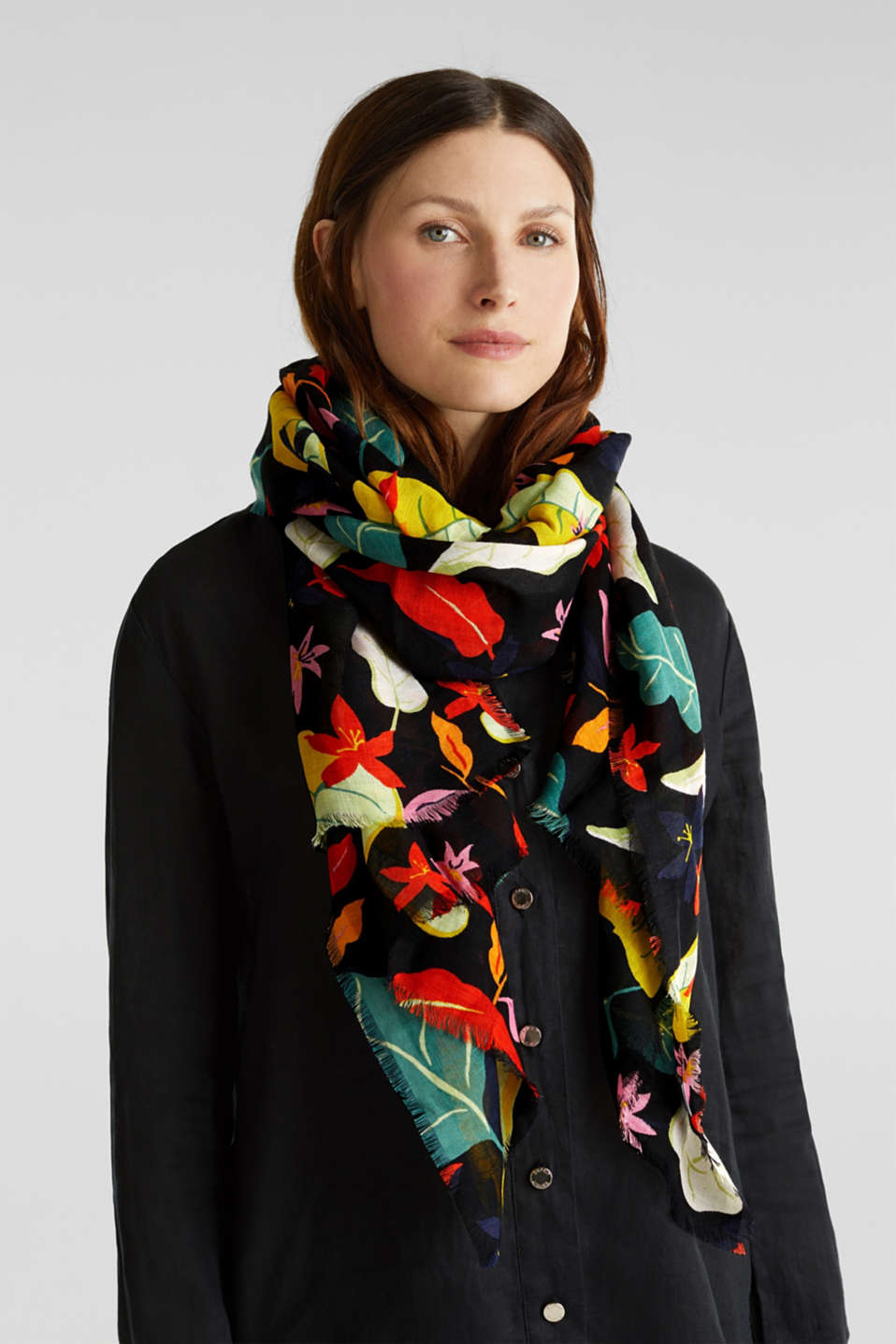 Made of linen and LENZING™ ECOVERO™: printed scarf, BLACK, detail image number 2