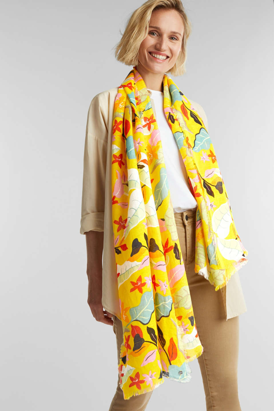 Made of linen and LENZING™ ECOVERO™: printed scarf, BRIGHT YELLOW, detail image number 1
