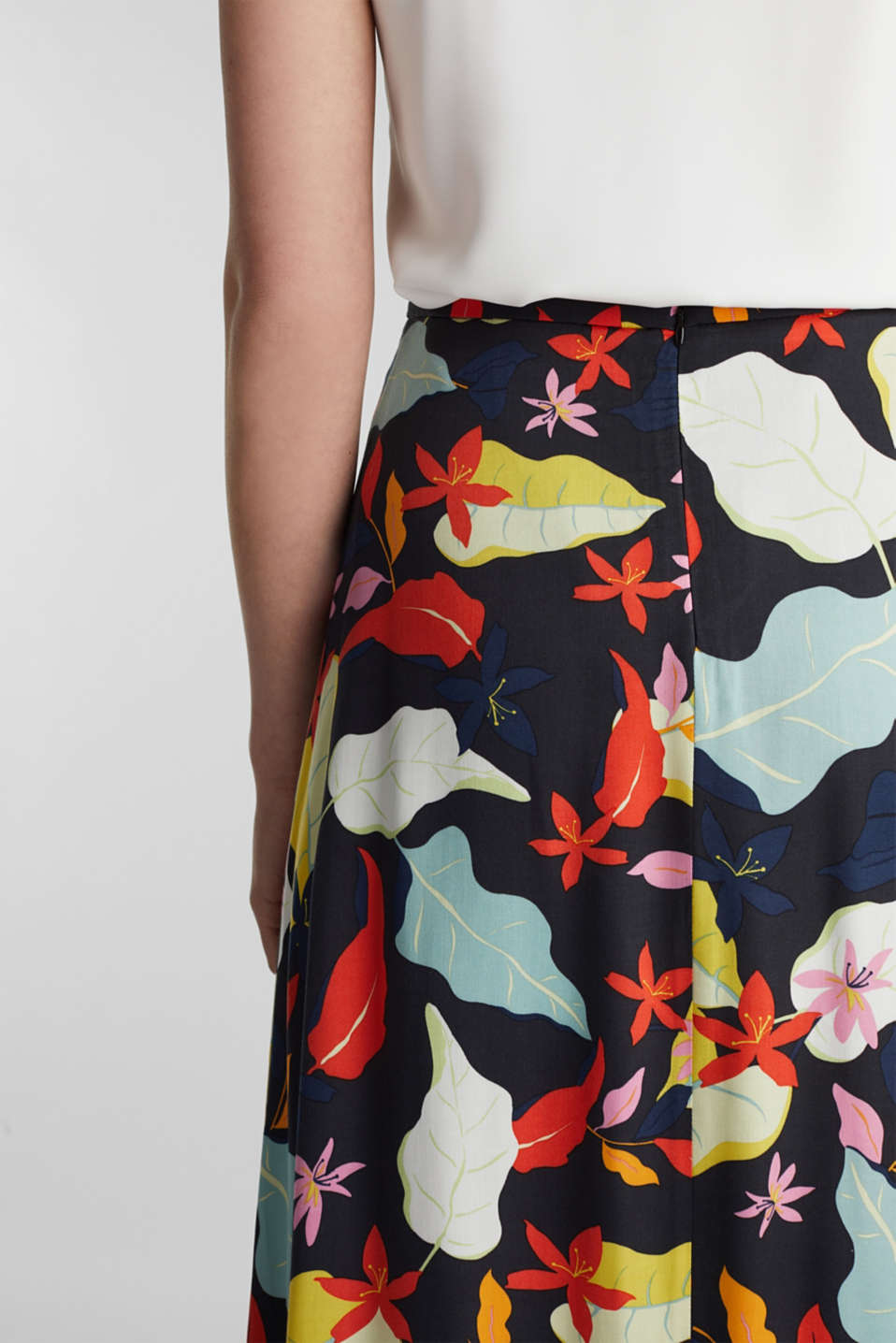 Made of LENZING™ ECOVERO™ Maxi skirt with a print, BLACK 3, detail image number 2
