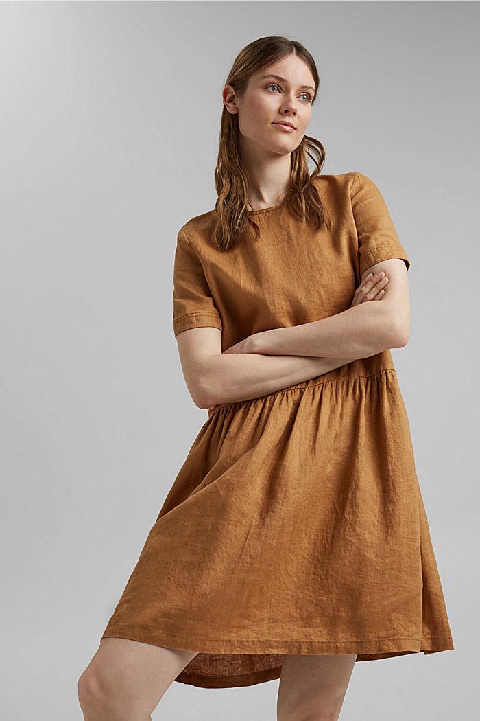 En lino: vestido con detalles de botones
