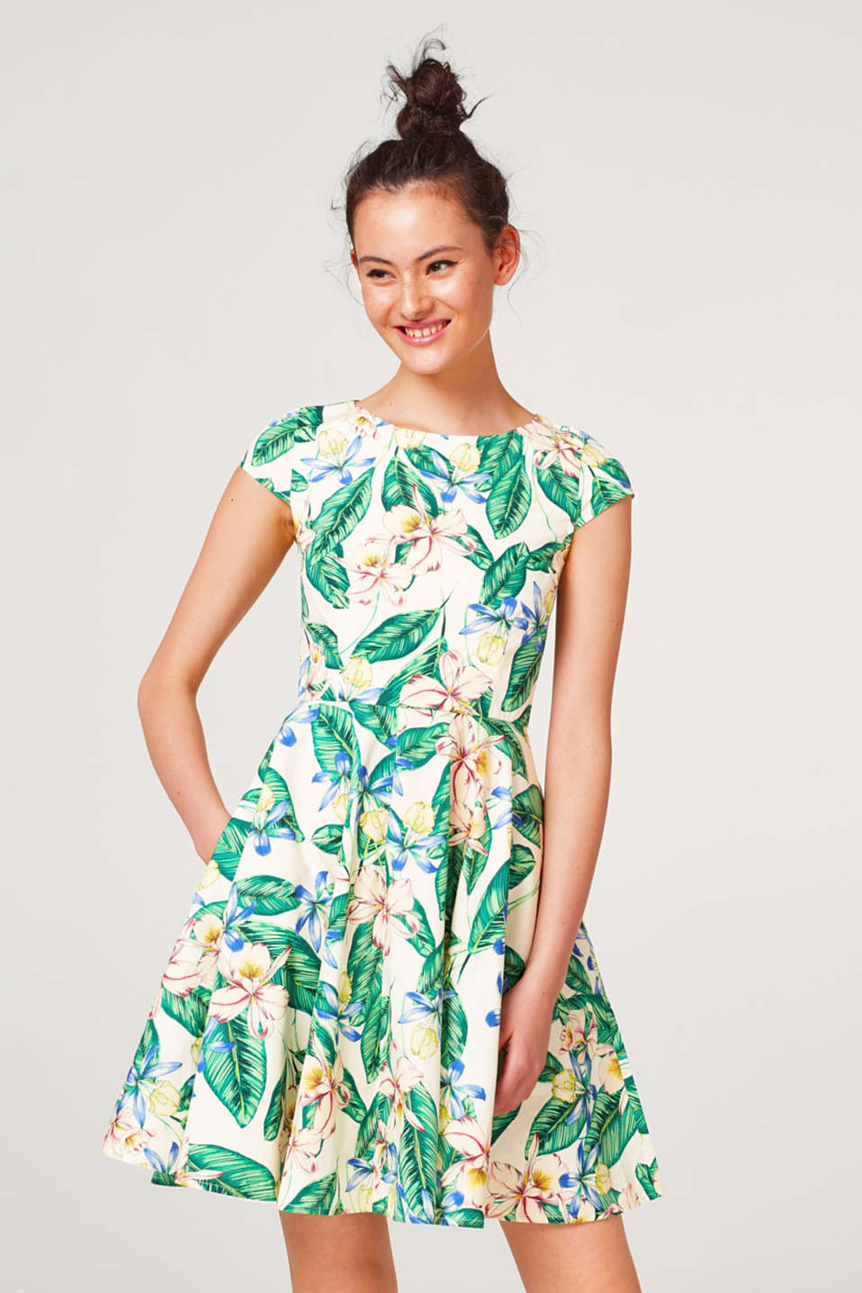 edc - Swinging dress with a floral print, made of cotton