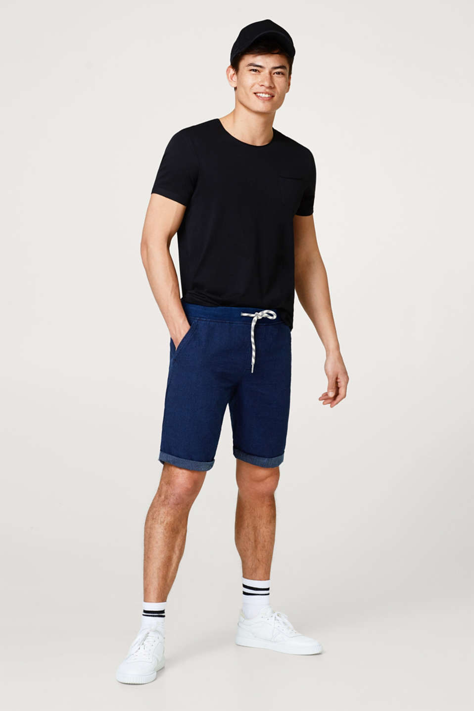 Jogging shorts with a fine woven structure, made of cotton