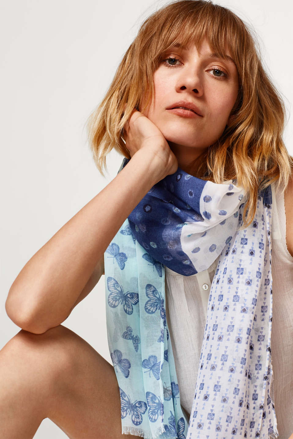Woven scarf with a butterfly print