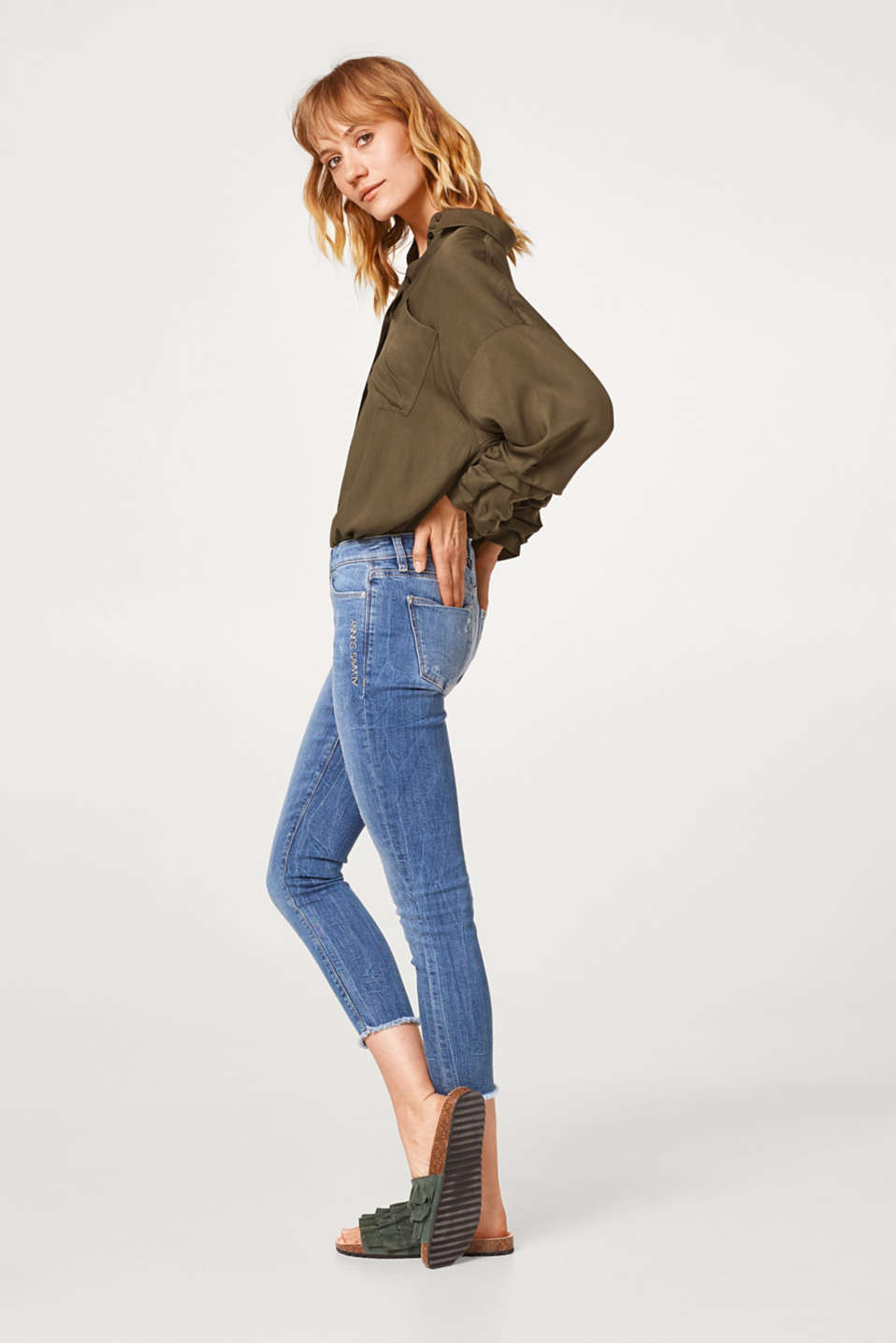 Stretchy Capri-length jeans with an embroidery