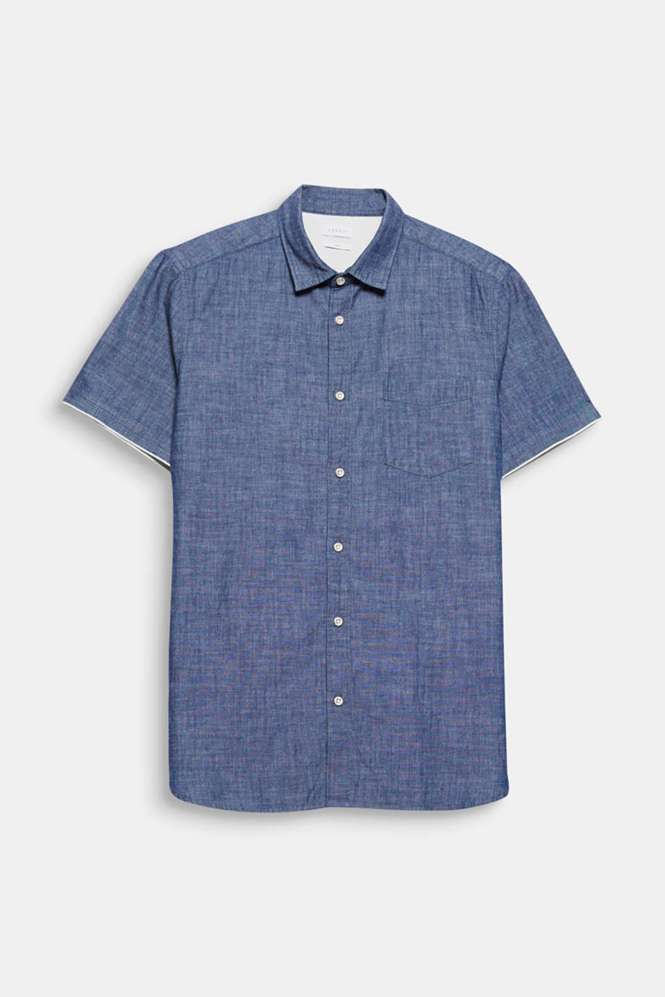 The cool, melange chambray fabric gives this short sleeve shirt a summery look.