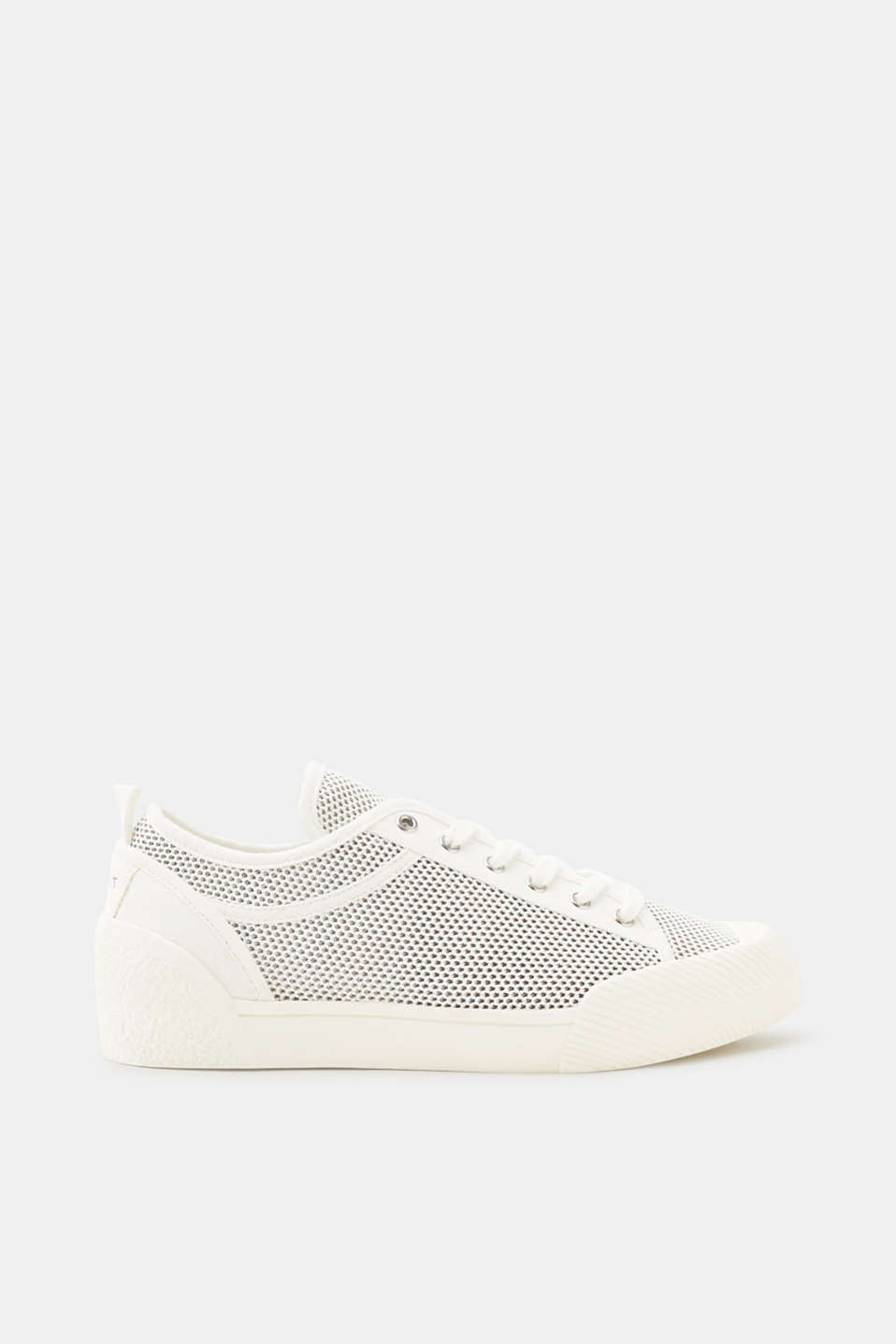 The sporty, high-tech mesh turns these trainers into trendy trainers.