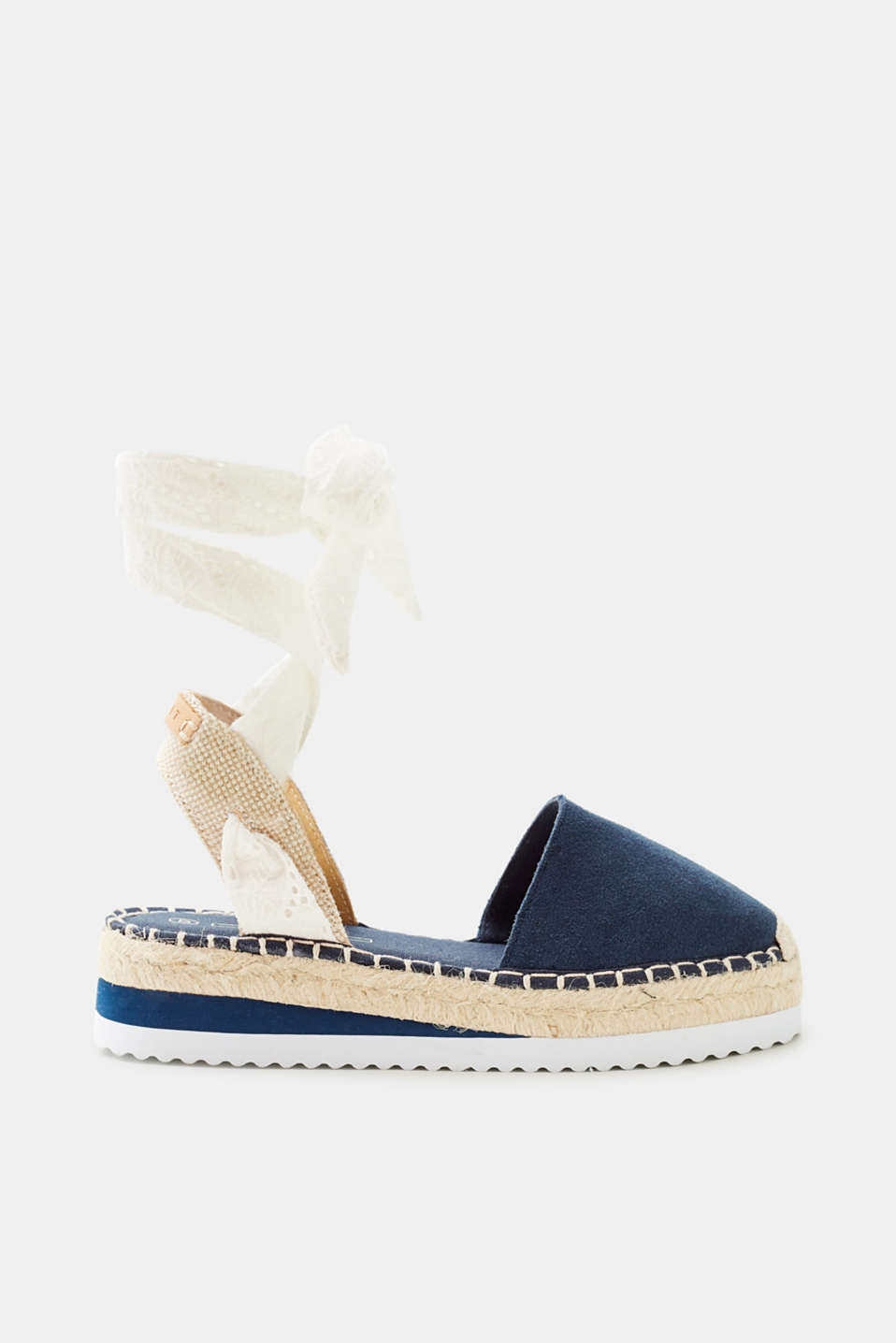 A summer classic: espadrilles - here they are enhanced by genuine leather + platform soles made of bast and rubber.