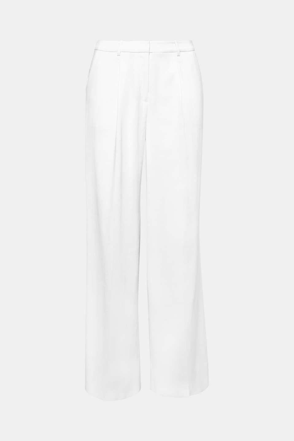 The relaxed leg width, unique length and charming waist pleats make these light, white trousers look elegant and stylish.