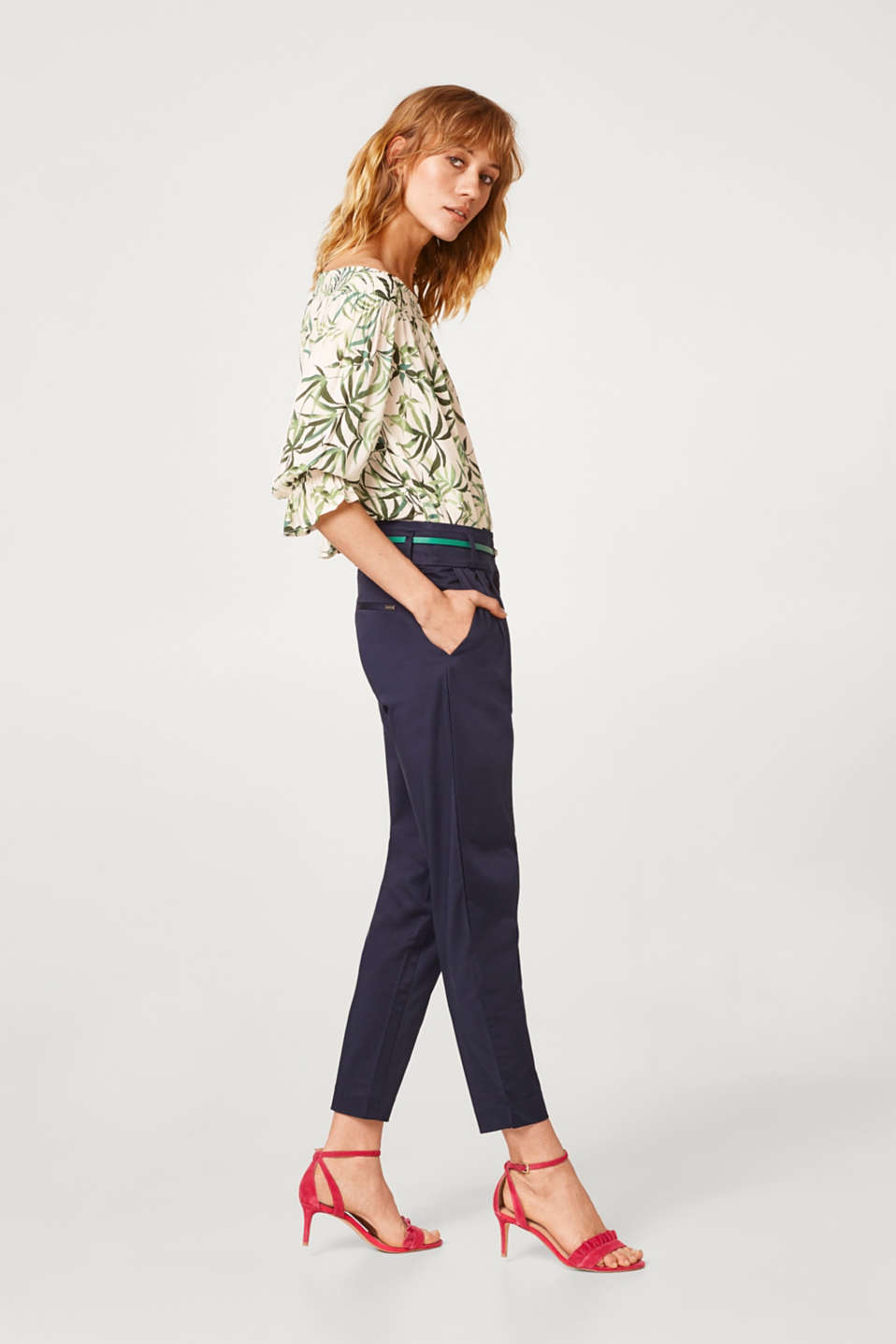 Comfy and stretchy carrot trousers with a papertouch finish