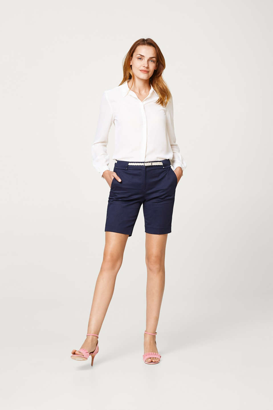 Stretch Bermudas in a business look with a braided belt