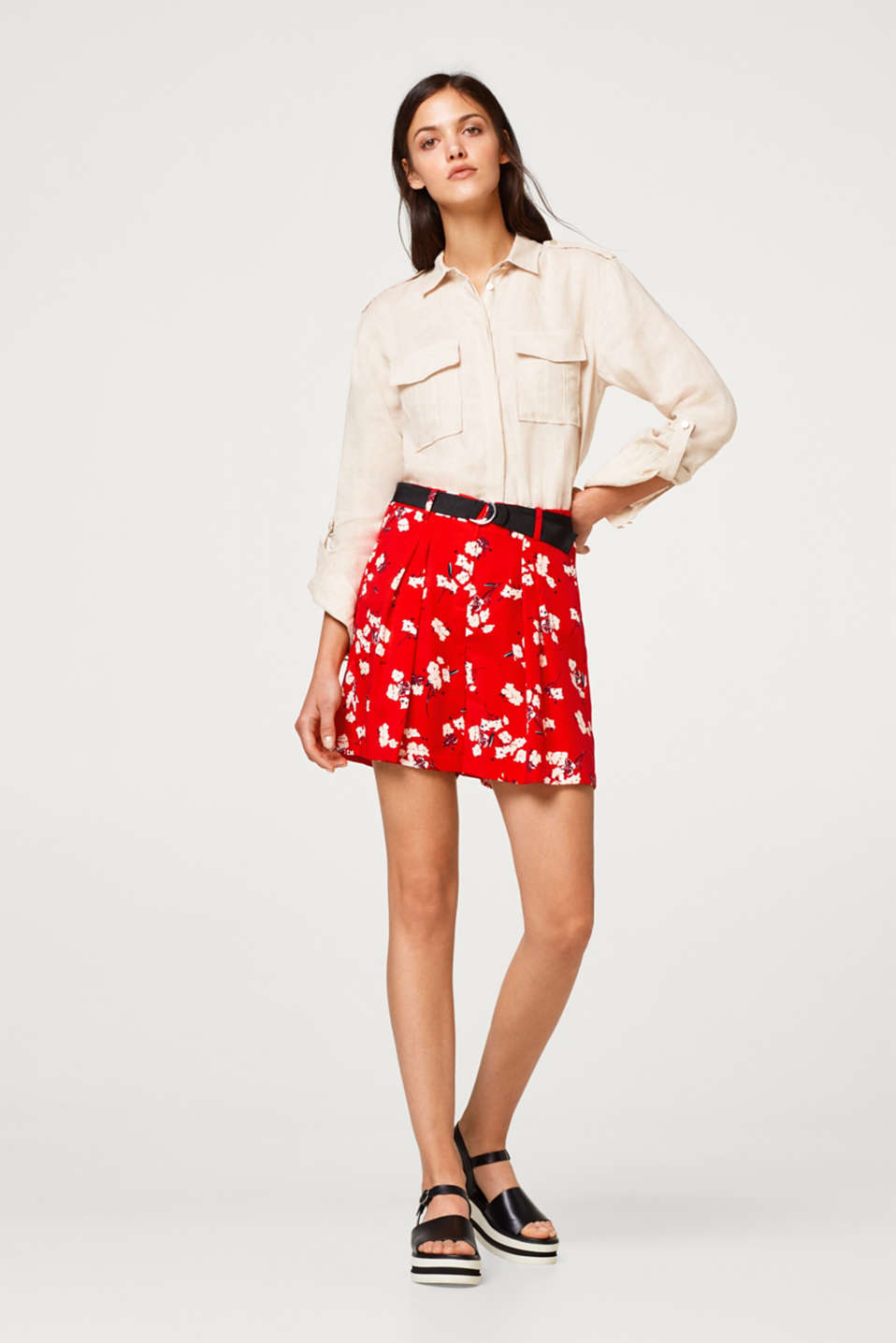 Wide shorts with waist pleats with a grosgrain ribbon belt