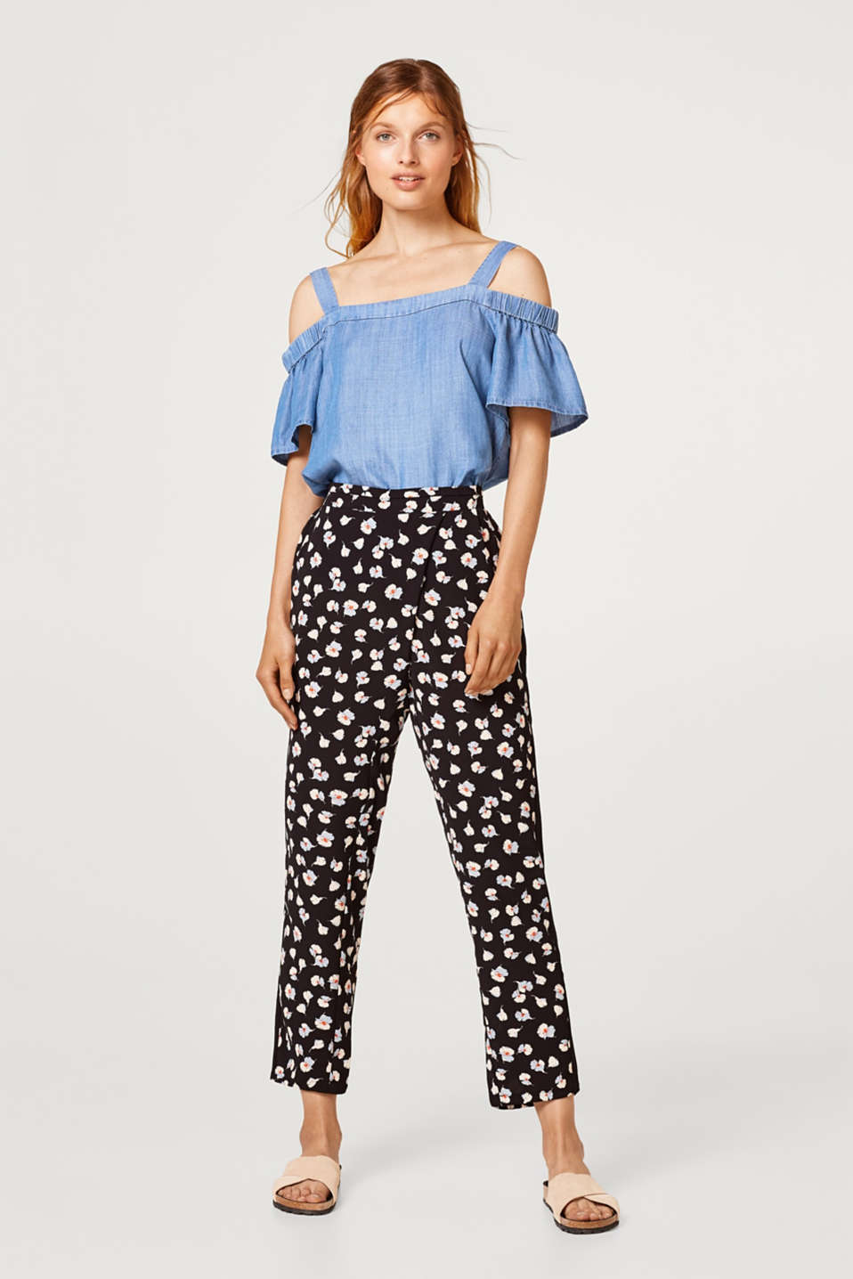Esprit - Crêpe tracksuit bottoms with a floral print