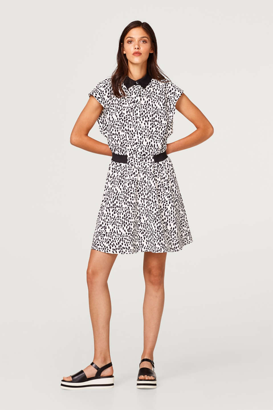 Crêpe dress with a collar and a trendy print