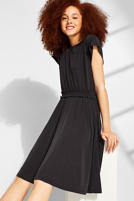 3c033d74c5d8 Böljande klänning i jersey med rynkad midja