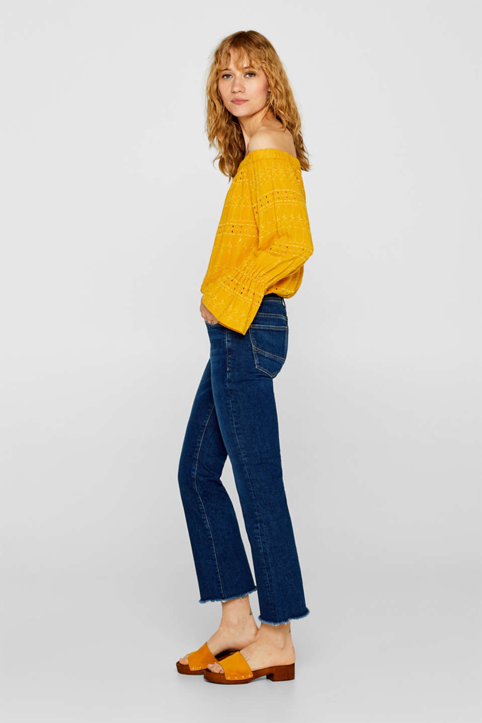 Cropped stretch jeans with frayed hems, recycled