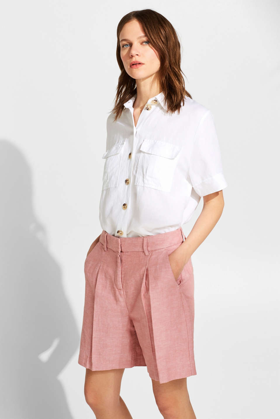 Esprit - Made of blended linen: Bermuda shorts with front pleats