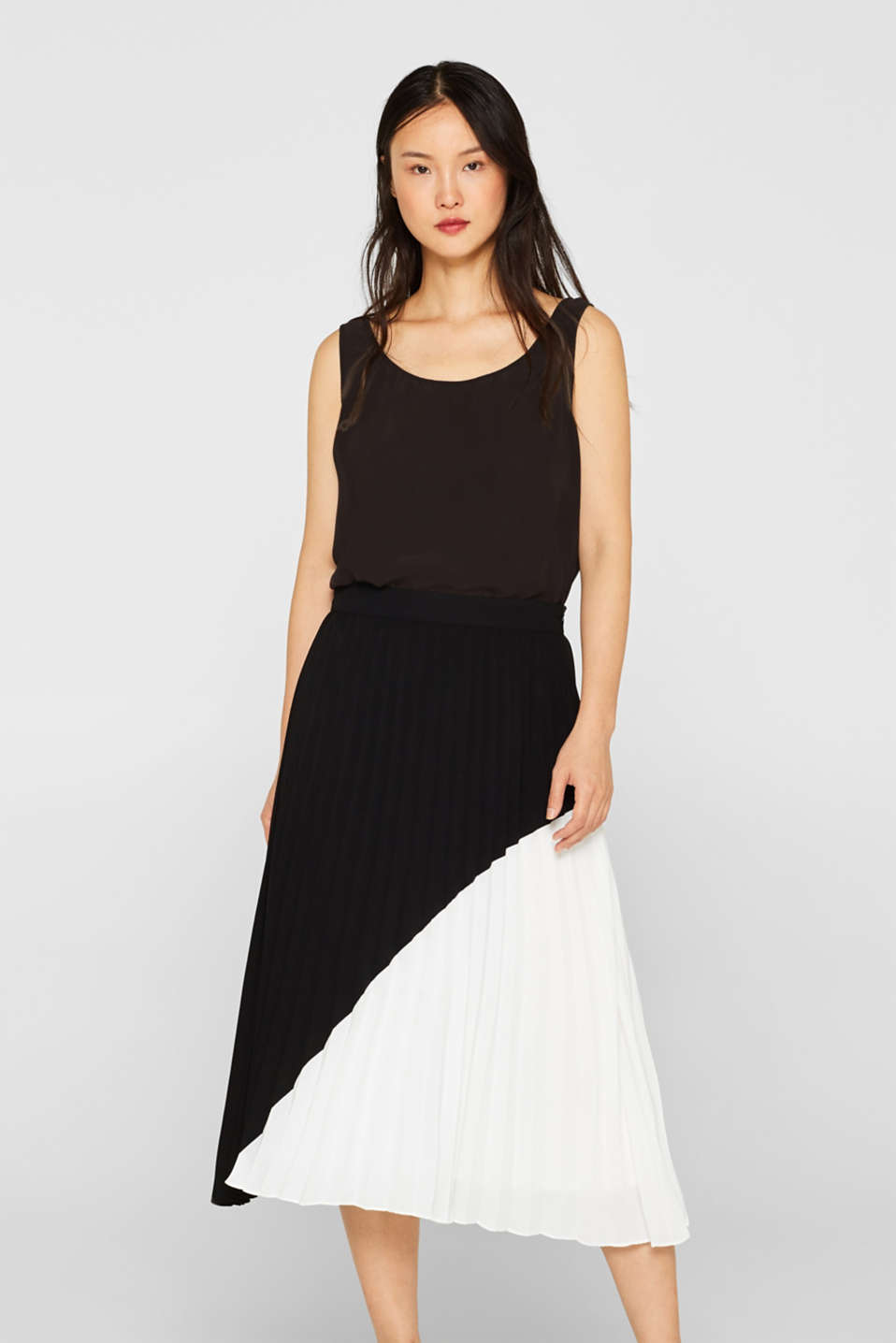 Esprit - Pleated skirt with a black and white colour block design