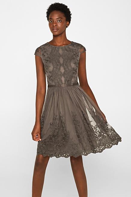 0567b98663 Tiulowa sukienka z haftem w tym samym odcieniu