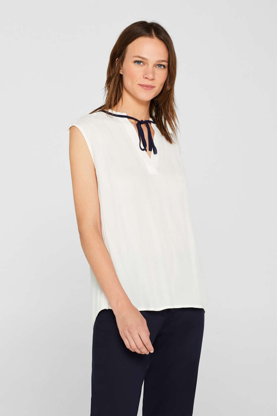 Esprit - V-neck blouse with contrast bow