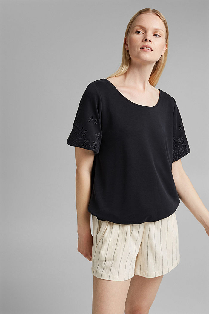 T-Shirt mit Lochstickerei und Rüschen