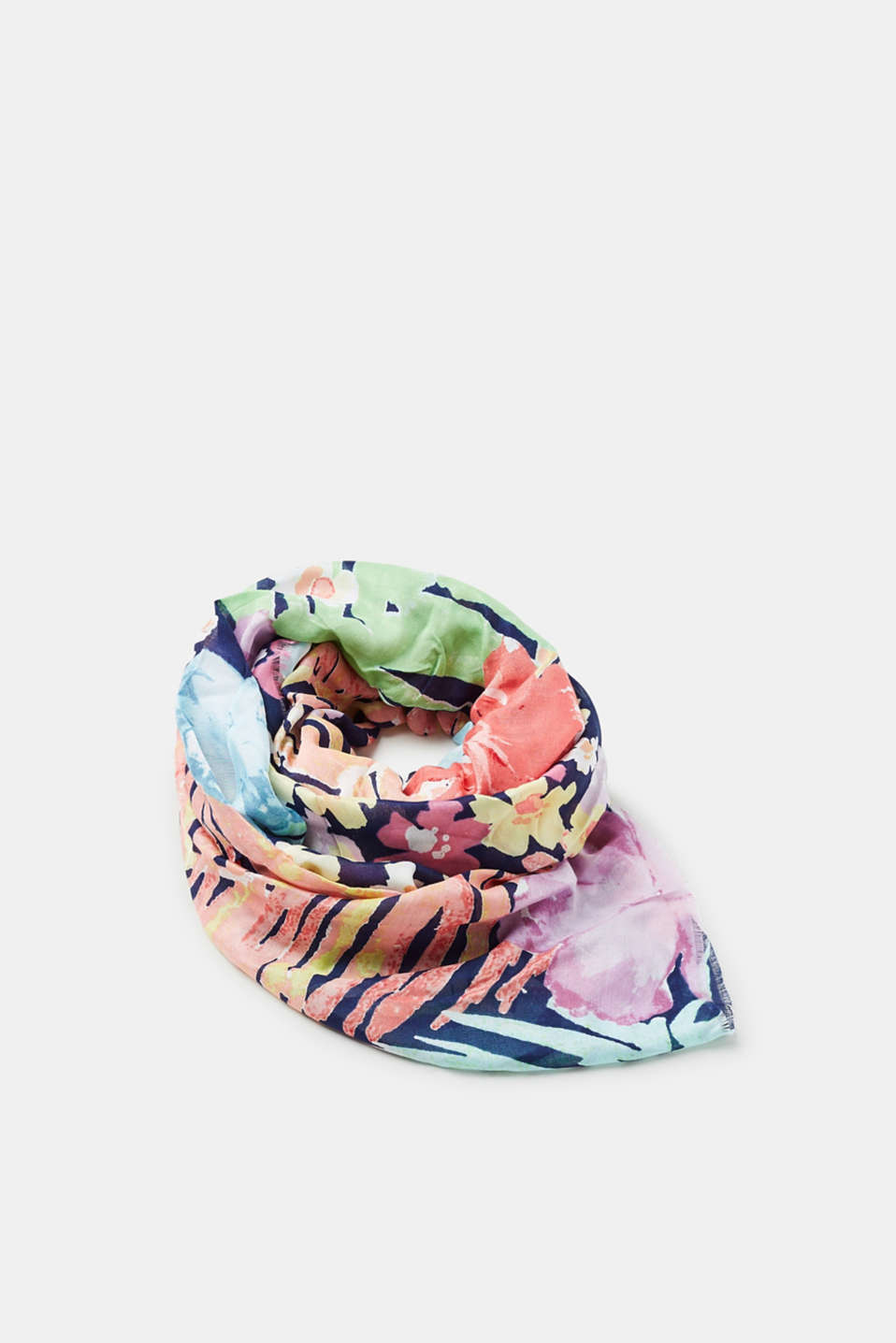 A colourful accessory that scores high style points! This woven scarf with a tropical floral print can be combined in many different ways.