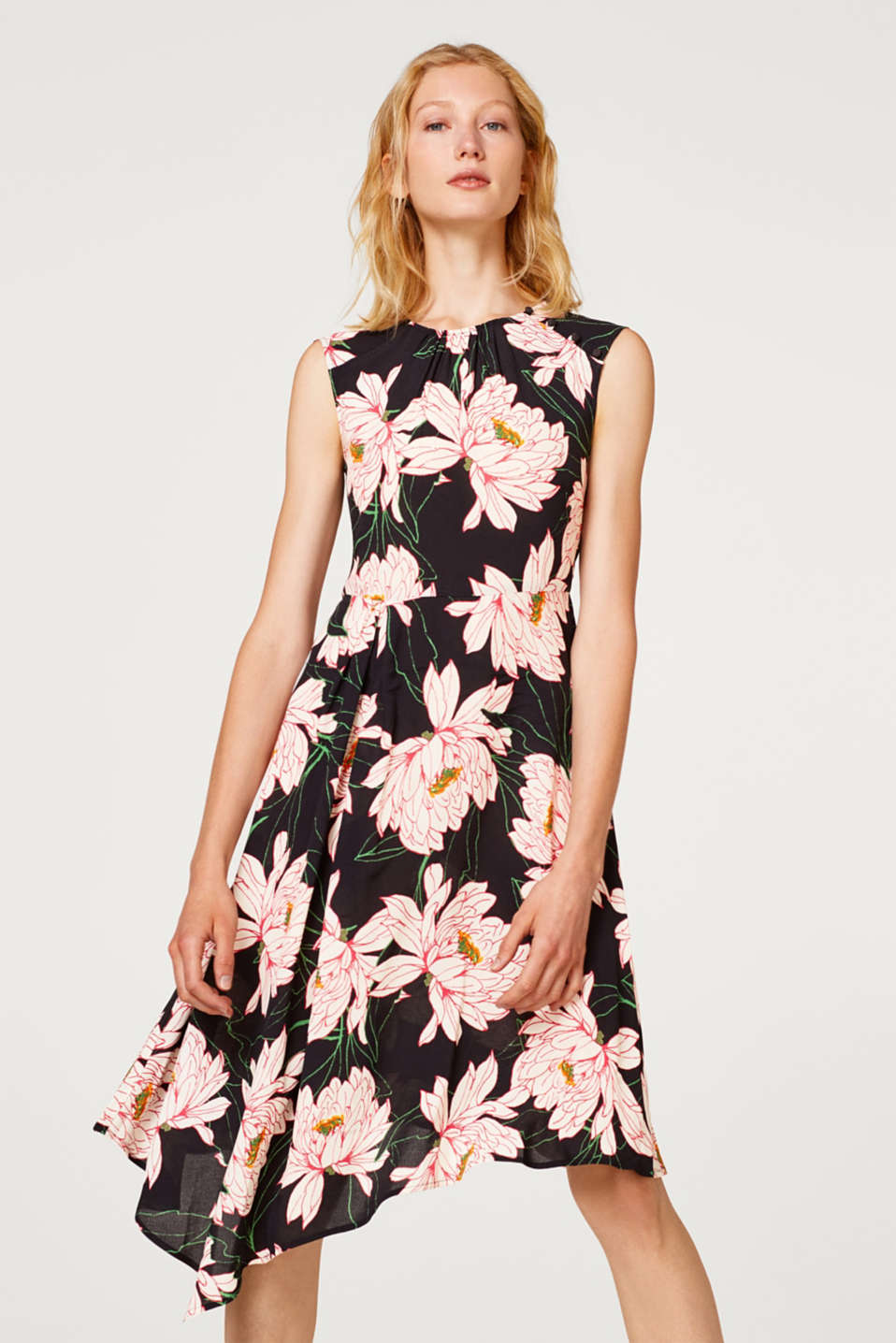 Esprit - Sleeveless crêpe dress with a floral print