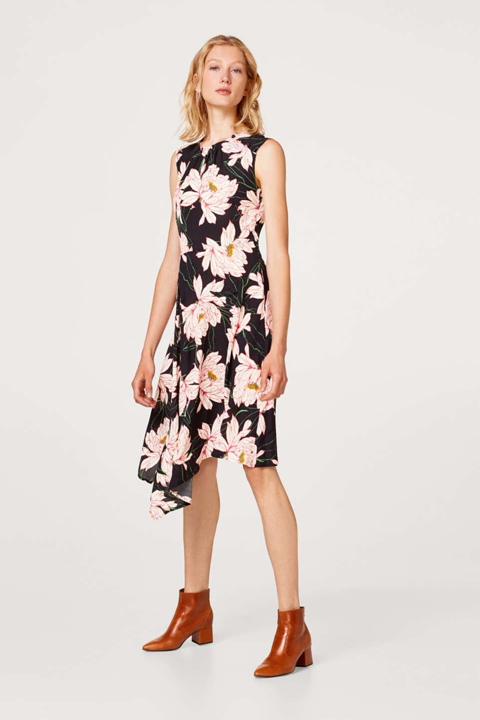 Sleeveless crêpe dress with a floral print