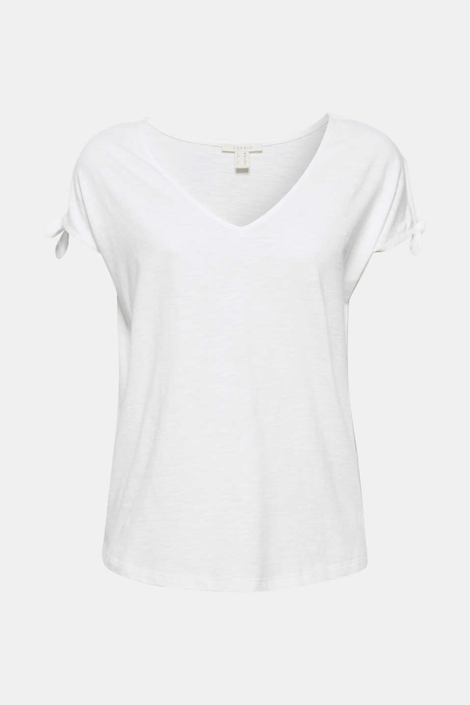 Lightweight slub jersey, a large V-neckline and small cut-outs on the sleeves make this T-shirt airy and trendy at the time!