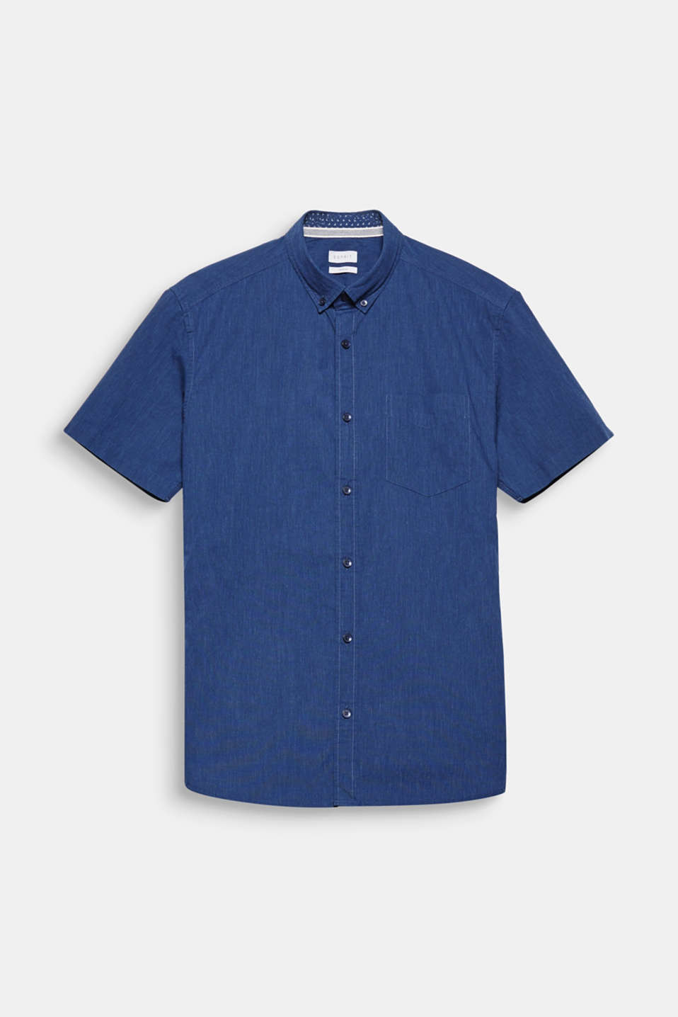 The button-down collar adds a fine finishing touch. The lightweight melange chambray gives this short sleeve shirt a sporty look.