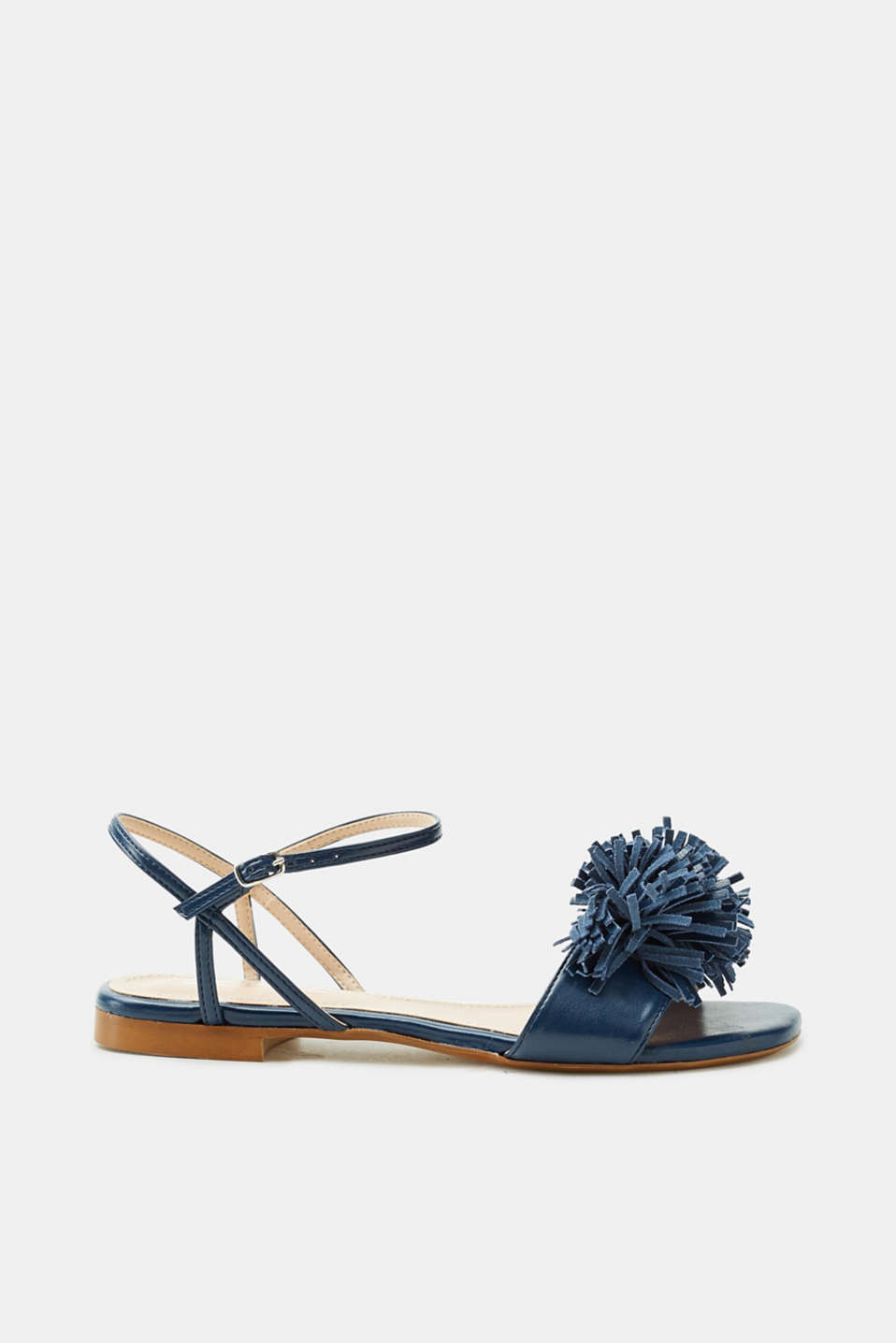 Great with summer dresses, wide trousers and, naturally, also with jeans! The pretty fringe embellishment on the toe-post is instantly eye-catching and makes these sandals a trendy summer must-have.