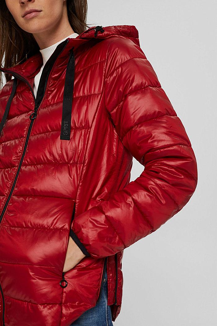 Reciclada: cazadora ligera con diseño acolchado y capucha, DARK RED, detail image number 2