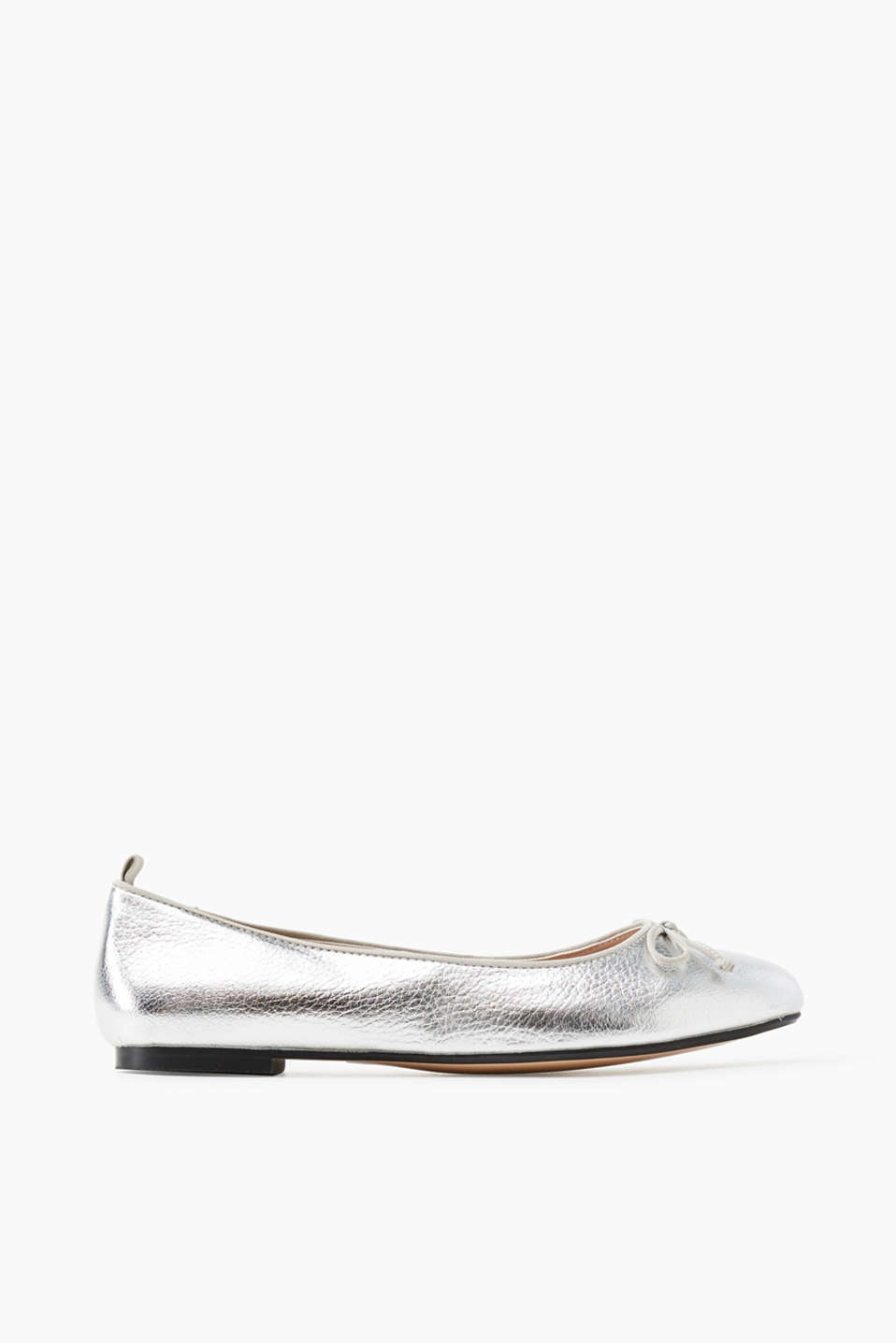 With a rounded toe and a decorative bow: faux leather ballerinas