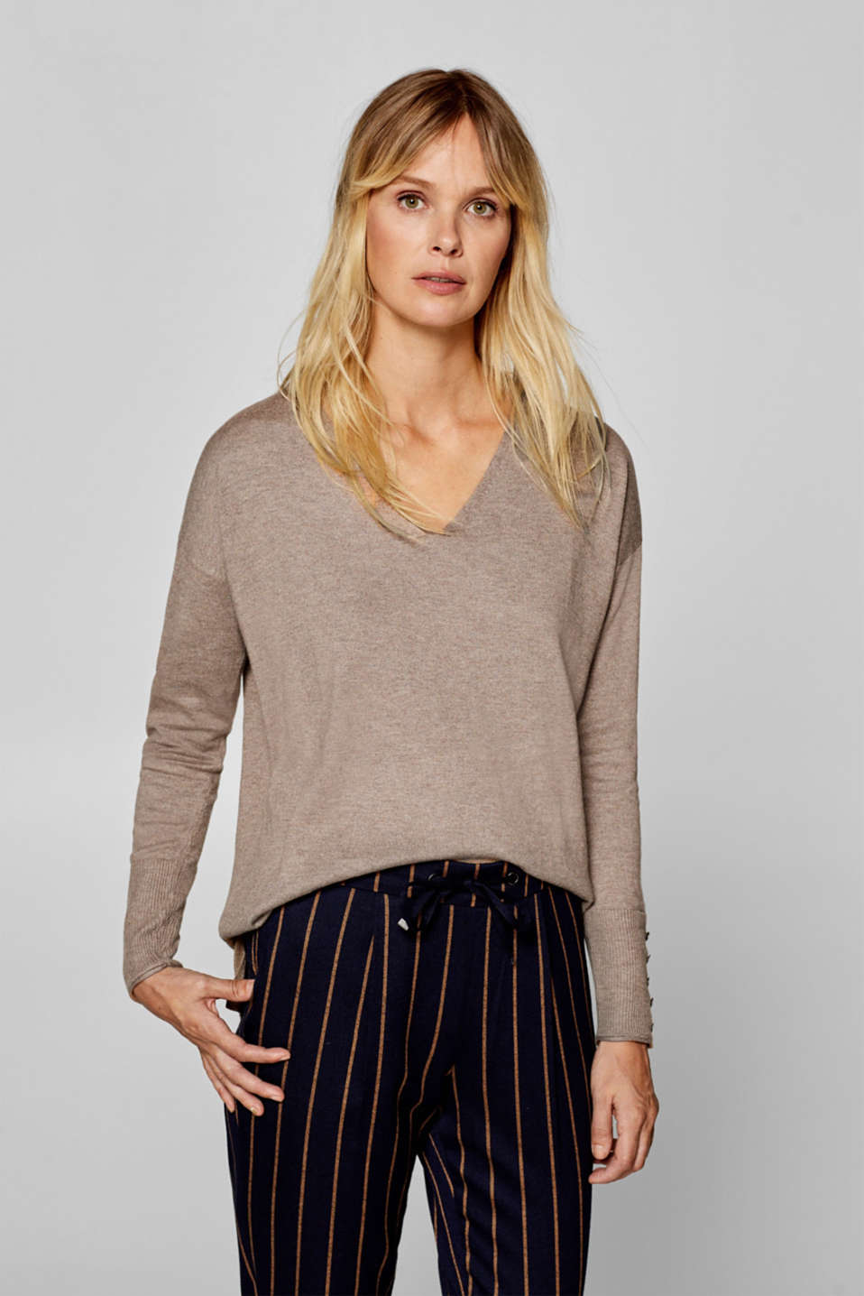 edc - Loose-fitting V-neck jumper containing organic cotton
