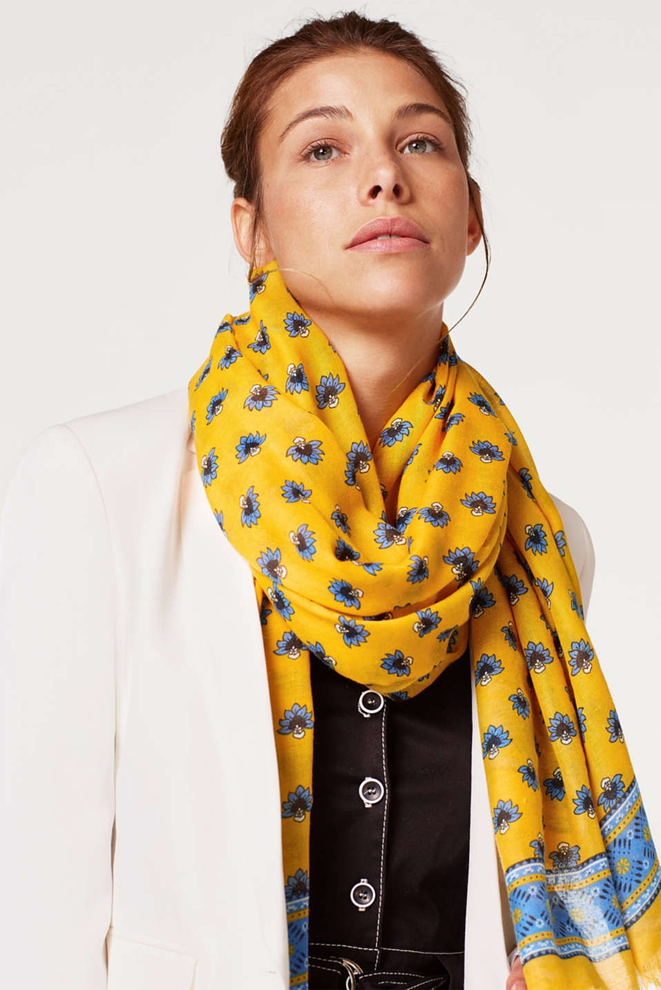 Woven scarf with a floral print