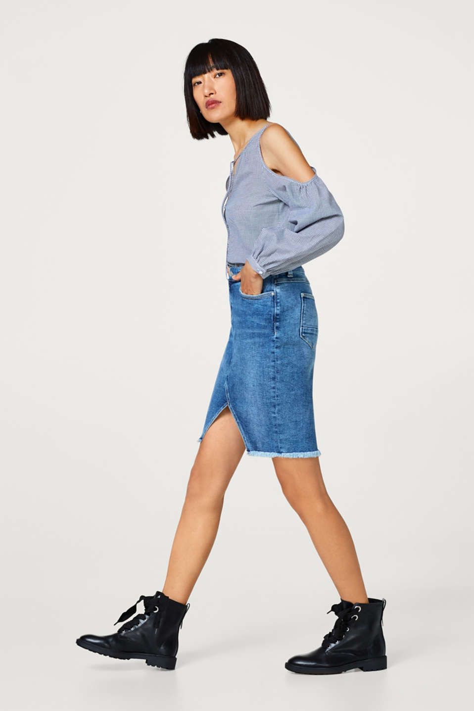 Stretch denim skirt with a frayed hem