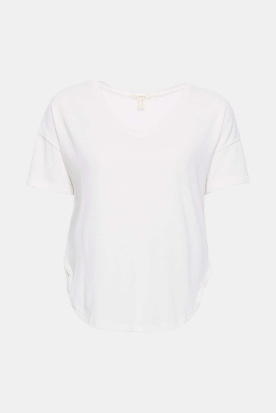 The casual wide cut and the cool linen blend give this V-neck T-shirt its modern look!