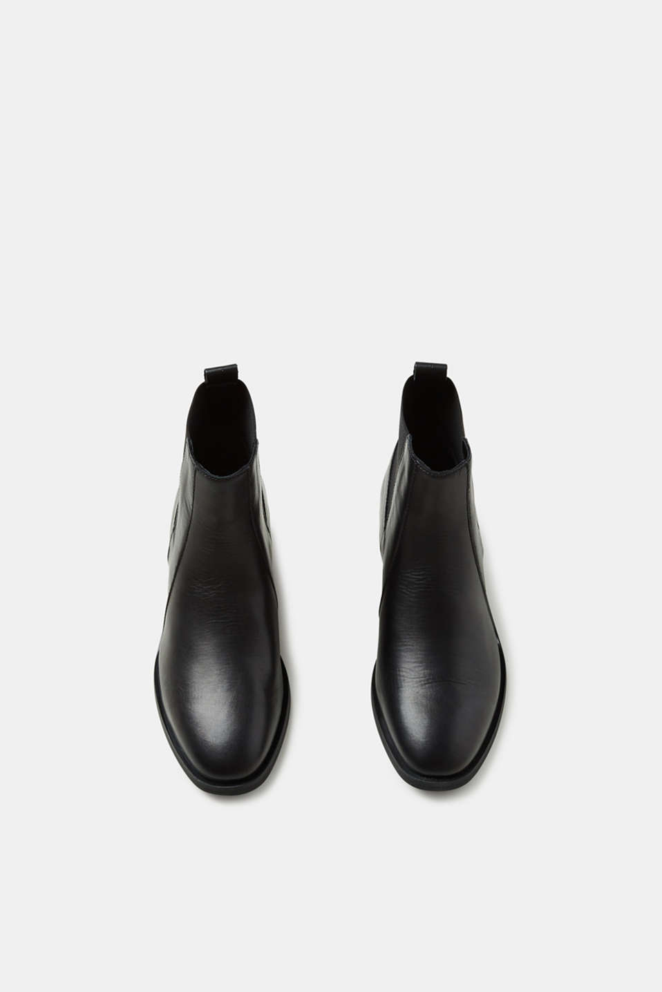Chelsea boot made of leather