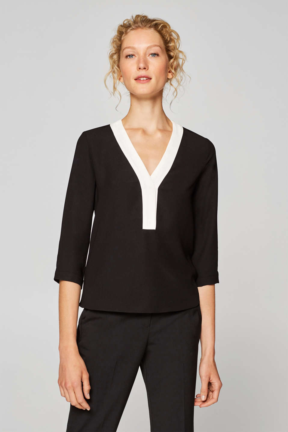 Esprit - Crêpe blouse with a highlighted neckline
