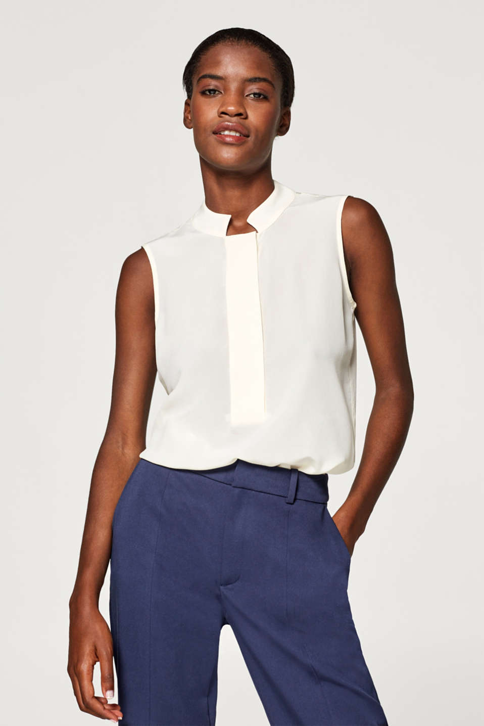 Esprit - Sleeveless blouse in 100% silk with a stand-up collar