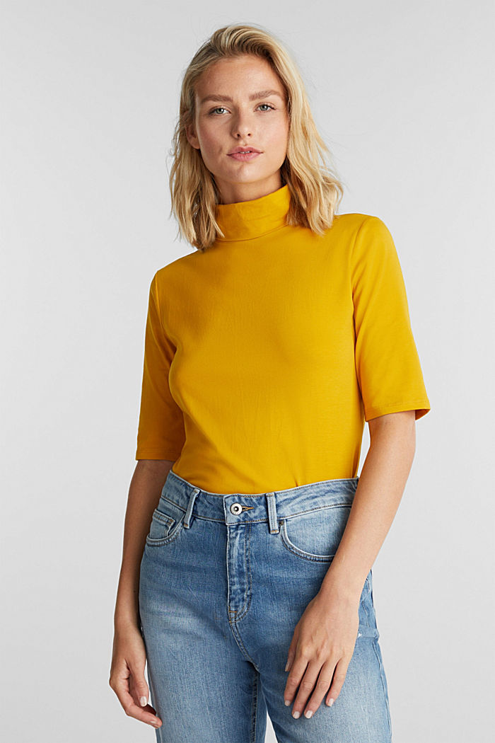 Short-sleeved top with a polo neck