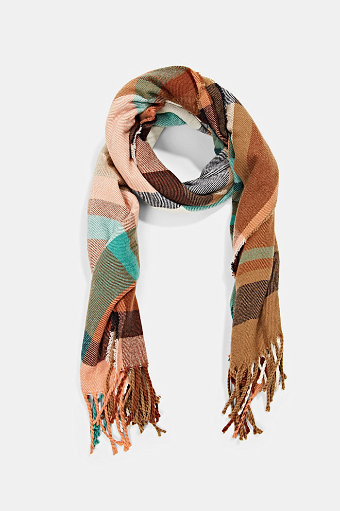 En matières recyclées: le foulard à motif à carreaux
