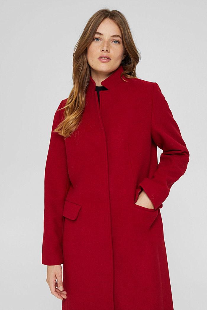 En laine mélangée recyclée : le manteau à col montant